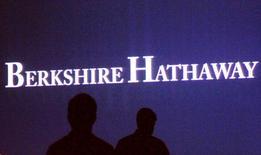 Berkshire Hathaway à suivre sur les marchés américains. La société d'investissement de Warren Buffett a annoncé vendredi soir un bond de 41% de son bénéfice net au deuxième trimestre, à 6,4 milliards de dollars, reflétant les bonnes performances du portefeuille boursier du milliardaire qui comprend des actions de plus de 80 entreprises américaines. /Photo d'archives/REUTERS/Rick Wilking