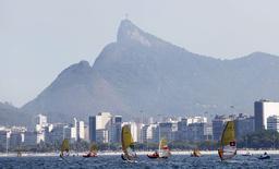 Velejadores participam do primeiro evento-teste para os Jogos Olímpicos Rio 2016, na Baía de Guanabara. 03/08/2014 REUTERS/Sergio Moraes