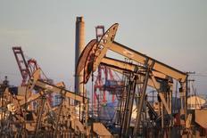 Unas unidades de bombeo de crudo en el el pozo Wilmington de Oxy en Long Beach, EEUU, jul 30 2013. El precio del petróleo subía el lunes por compras de inversores atraídos por el fuerte descenso de la semana pasada, con la atención del mercado pasando de las preocupaciones por el exceso de suministros a los temores por la violencia en el norte de África y en Oriente Medio.  REUTERS/David McNew