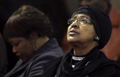 A ex-mulher de Nelson Mandela, Winnie Madikizela-Mandela, participa de um ato religioso em homenagem ao ex-presidente sul-africano em uma igreja em Johannesburgo, na África do Sul, no ano passado. 05/07/2013 REUTERS/Siphiwe Sibeko