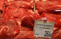 Говядина на витрине супермаркета в Бухаресте 12 марта 2012 года. Россельхознадзор с 6 августа запретил ввоз в РФ живого крупного рогатого скота и ряда видов другой мясной продукции из Румынии, ссылаясь на вспышку энцефалопатии, добавив очередное ограничение на импорт на фоне противостояния с США и Евросоюзом из-за конфликта на Украине. REUTERS/Bogdan Cristel