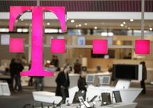 Faute de pouvoir vendre ses parts de T-Mobile US à Sprint, ce dernier ayant renoncé face aux obstacles réglementaires, Deutsche Telekom doit faire un choix entre rester aux Etats-Unis, ce qui implique d'y investir, ou se désengager, éventuellement en acceptant l'offre d'Iliad. /Photo d'archives/REUTERS/Hannibal Hanschke