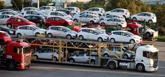 Carros novos sendo transportados em São Bernardo do Campo, São Paulo. 29/04/2014. REUTERS/Paulo Whitaker