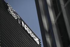 Nestlé a confirmé ses objectifs annuels et annoncé un programme de rachat de titres de huit milliards de francs suisses. Le bénéfice net de Nestlé ressort à 4,6 milliards de francs suisses (3,8 milliards d'euros) au premier semestre, en deçà d'un consensus le donnant à 5,01 milliards, un franc suisse fort ayant obéré ce résultat. /Photo prise le 24 janvier 2014/REUTERS/Edgard Garrido
