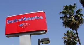 Рекламный щит Bank of America в Бербанке, Калифорния, 19 августа 2011 года. Bank of America Corp близок к заключению соглашения с министерством юстиции США о выплате более чем $16,5 миллиарда, что позволит завершить расследования в отношении ипотечных ценных бумаг, которые банк и купленные им компании продавали перед финансовым кризисом, сообщил источник, знакомый с ситуацией. REUTERS/Fred Prouser