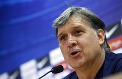 O então técnico do Barcelona Gerardo Martino concede entrevista coletiva no centro de treinamento Joan Gamper,  perto de Barcelona, em maio. 16/05/2014 REUTERS/Albert Gea