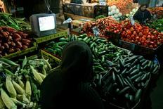 Imagen de archivo de una persona viendo televisión en una verdulería en Santiago, jun 16 2010. La inflación en Chile alcanzó un 0,2 por ciento en julio, una variación impulsada por alzas en alimentos y bebidas, pero dentro de un escenario de marcada desaceleración de la economía doméstica que empujaría un mayor relajamiento de la política monetaria.   REUTERS/Victor Ruiz Caballero