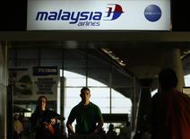 """Un mostrador de Malaysia Airlines en el aeropuerto internacional de Kuala Lumpur en Sepang, jul 18 2014. El Gobierno de Malasia llevará a cabo una """"reestructuración completa"""" de su afligida aerolínea nacional, en un intento por reavivar a la compañía sumida en pérdidas después de verse afectada por dos devastadores desastres aéreos este año.   REUTERS/Edgar Su"""