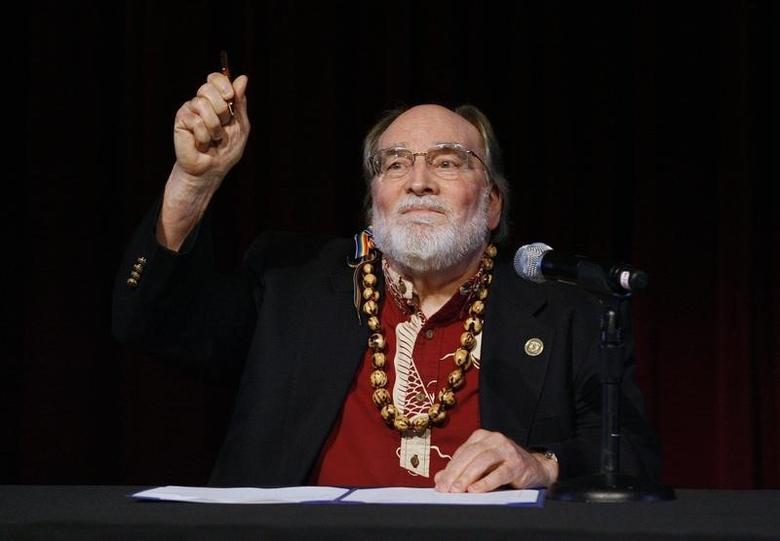 Hawaii Governor Neil Abercrombie holds up the pen after signing Senate Bill 1, allowing same sex marriage to be legal in the state, in Honolulu, Hawaii November 13, 2013.  REUTERS/Hugh Gentry