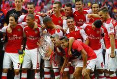 """Игроки """"Арсенала"""" после победы в Суперкубке Англии в Лондоне 10 августа 2014 года. """"Арсенал"""", до победы в Кубке Англии в мае не выигрывавший ничего девять лет, завоевал второй трофей за три месяца, обыграв """"Манчестер Сити"""" 3-0 в битве за Суперкубок. REUTERS/Darren Staples"""