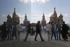 Люди у Покровского собора в Москве 29 апреля 2014 года. На рабочей неделе в Москве станет немного прохладнее, ожидают синоптики. REUTERS/Maxim Shemetov