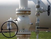 Kinder Morgan est l'une des valeurs à suivre à Wall Street après que le premier opérateur d'oléoducs et de gazoducs aux Etats-Unis a annoncé son intention de regrouper sous un même toit ses quatre entités cotées dans le cadre d'une transaction à 70 milliards de dollars qui vise à simplifier sa structure et à accroître ses perspectives de croissance. /Photo d'archives/REUTERS/Heinz-Peter Bader