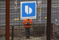 """Correction. Bien lire 2e trimestre. Le groupe de construction allemand Bilfinger a vu son bénéfice opérationnel baisser de 30% au 2e trimestre mais le numéro deux du BTP en Allemagne prévoit toutefois un deuxième semestre """"nettement"""" meilleur. /Photo d'archives/REUTERS/Ina Fassbender"""
