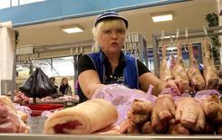 Прилавок с мясом на рынке в Минске 30 августа 2013 года. Белоруссия перекроет восточную границу для транзита запрещенных в России западных продуктов питания, но оставит собственный рынок открытым для них и не будет вслед за старшим партнером по Таможенному союзу отказываться от поставок овощей, мяса и молочной продукции из Европы и США. REUTERS/Vasily Fedosenko