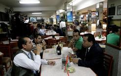 Unas personas tomando unos tragos en el bar La Caribeña de Ciudad de México, nov 16 2007. El consumo privado de México disminuyó un 0.1 por ciento en mayo después de un sólido desempeño en abril, debilitado por una contracción en el gasto en servicios, mostraron el martes cifras oficiales.    REUTERS/Daniel Aguilar