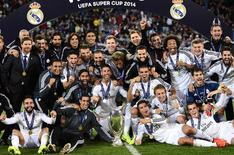 Equipe do Real Madrid com a taça da Supercopa da Uefa. 12/08/2014 REUTERS/Dylan Martinez