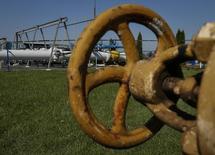 Газоизмерительная станция под Ужгородом 21 мая 2014 года. Нацеленный на евроинтеграцию Киев, пригрозивший на этой неделе лишить Газпром доступа к европейским клиентам, смягчил риторику, заявив в среду, что, возможно, не будет вводить санкции против российского экспортера. REUTERS/Gleb Garanich