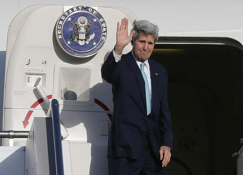 U.S. Secretary of State John Kerry waves as he steps aboard his aircraft in Sydney, August 13, 2014.  REUTERS/Rob Griffith/Pool