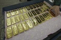 Слитки золота на заводе Красцветмет в Красноярске 25 февраля 2013 года. Россия резко увеличила производство золота в первом полугодии из-за стремления компаний больше производить в условиях падения цен, сообщил в четверг глава отраслевого лобби. REUTERS/Ilya Naymushin
