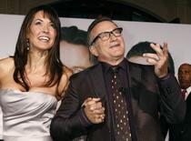 """Robin Williams e Susan Schneider durante evento do filme """"Surpresa em Dobro"""", em 9 de novembro de 2009.   REUTERS/Fred Prouser"""