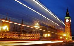 L'économie britannique a bien enregistré une croissance de 0,8% au deuxième trimestre par rapport au premier mais l'augmentation du produit intérieur brut comparé à la même période de 2013 est encore plus marquée qu'initialement prévu. /Photo d'archives/REUTERS/Luke Macgregor