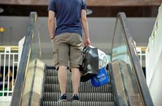 Le sentiment du consommateur américain est tombé en août à son niveau le plus bas depuis novembre, leurs anticipations continuant de se dégrader tandis que leur jugement sur la conjoncture économique du moment est au plus haut depuis juillet 2007, selon l'indice Thomson Reuters/Université du Michigan. /Photo d'archives/REUTERS/Mike Theiler