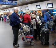 Imagen de archivo de unos pasajeros en el aeropuerto doméstico de Buenos Aires, jul 10 2008. Argentina autorizó un aumento en los precios de los pasajes aéreos entre destinos en el país con el fin de garantizar el funcionamiento de las empresas que prestan el servicio, se informó el viernes en el Boletín Oficial.  REUTERS/Enrique Marcarian