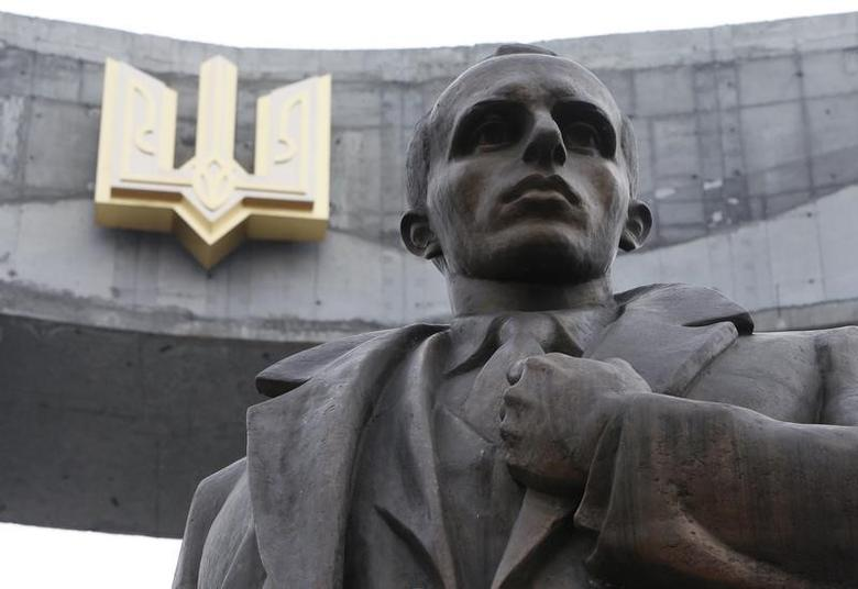 A statue of Stepan Bandera is seen in the Ukrainian city of Lviv, April 10, 2010. REUTERS/Gleb Garanich/Files