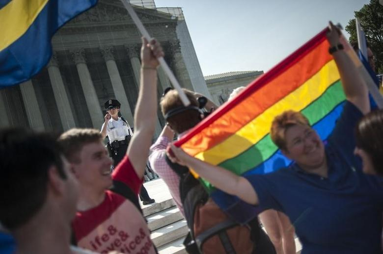 Demonstrators in support of same-sex marriage gather in anticipation of two high-profile rulings regarding same-sex marriage at the US Supreme Court in Washington June 26, 2013.    REUTERS/James Lawler Duggan