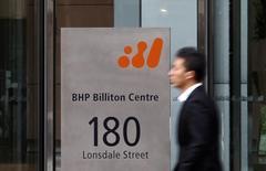 BHP Billiton a, sans surprise, annoncé mardi qu'il allait créer une nouvelle entité de quelque 14 milliards de dollars, essentiellement via la scission d'actifs hérités de la fusion avec Billiton, mais, contrairement aux attentes, le géant minier anglo-australien n'a pas annoncé de rachats d'actions. /Photo d'archives/REUTERS/Mick Tsikas