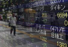 Экран с котировками у брокерской конторы в Токио 13 августа 2014 года. Азиатские фондовые рынки, кроме Китая, выросли в среду на фоне ожидания новостей от ФРС. REUTERS/Yuya Shino