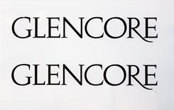 Логотип Glencore у штаб-квартиры компании в швейцарском Баре 13 ноября 2012 года. Торговая и горнодобывающая компания Glencore сообщила в среду, что запустит программу обратного выкупа акций на сумму до $1 миллиарда в течение следующих шести месяцев. Это станет первым среди диверсифицированных добывающих компаний случаем возвращения денежных средств акционерам в этом году. REUTERS/Michael Buholzer