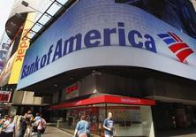 Bank of America est proche d'un accord avec le département de la Justice au terme duquel la banque américaine verserait plus de 16,5 milliards de dollars (12,4 milliards d'euros) pour mettre un terme aux poursuites lancées dans le dossier de la vente abusive de produits financiers adossés à des créances immobilières,selon une source. /Photo d'archives/REUTERS/Brendan McDermid