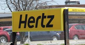 Le titre Hertz plongeait de près de 10% mercredi dans les derniers échanges à Wall Street après que le loueur de voitures a renoncé à ses objectifs financiers annuels, se disant incapable de répondre à une demande en hausse en raison d'un parc automobile amputé par les nombreux rappels de véhicules. /Photo d'archives/REUTERS/Rebecca Cook