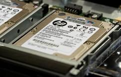 Сервер Hewlett-Packard ProLiant во время сборки в Хьюстоне 19 ноября 2013 года. Hewlett-Packard Co неожиданно увеличила квартальную выручку благодаря росту продаж ПК на 12 процентов, который оттенили неубедительные результаты в других подразделениях. REUTERS/Donna Carson