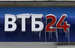 Логотип ВТБ у отделения банка в Москве 27 февраля 2012 года. Второй по величине госбанк России ВТБ снизил чистую прибыль, рассчитанную по международным стандартам, более чем в 2,5 раза до 4,6 миллиарда рублей во втором квартале 2014 года, сообщил банк в четверг. REUTERS/Sergei Karpukhin