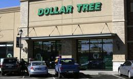Dollar Tree à suivre sur les marchés américains. Le groupe dont l'offre de 8,5 milliards de dollars sur Familly Dollar Stores a été contrée par Dollar général, a fait état d'un chiffre d'affaires trimestriel légèrement supérieur aux attentes, ce qui a conduit le distributeur à bas coûts à revoir en légère hausse sa fourchette de prévisions de ventes annuelles. /Photo prise le 26 février 2014/REUTERS/Rick Wilking