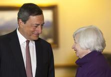Le président de la Banque centrale européenne, Mario Draghi, et la présidente de la Réserve fédérale, Janet Yellen, en marge de la réunion des banquiers centraux à Jackson Hole, dans le Wyoming. Mario Draghi a déclaré à cette occasion que la BCE se tenait prête à procéder à de nouveaux ajustements de sa politique monétaire. /Photo prise le 22 août 014/REUTERS/David Stubbs