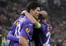Atacante da Fiorentina Mario Gómez comemora com companheiros de equipe após marcar gol contra a Juventus. 13/03/201 4REUTERS/Giorgio Perottino