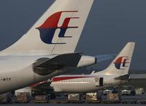 Aviones de de Malaysia Airlines aparcados en el aeropuerto internacional de Kuala Lumpur, jul 21 2014. Probablemente cerca de un cuarto de los 20.000 empleados de Malaysia Airlines perderán su trabajo en virtud de un plan de reestructuración que llevará a cabo la aerolínea, que ha sido afectada por dos desastres aéreos este año, dijo el lunes una fuente con conocimiento directo de la situación. REUTERS/Edgar Su