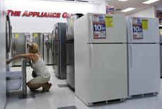 Una mujer revisa unos refrigeradores al interior de una tienda en Nueva York, jul 28 2010. Los pedidos de bienes duraderos fabricados en Estados Unidos anotaron en julio su mayor alza histórica gracias a la fuerte demanda internacional por aeronaves, pero la tendencia subyacente permaneció consistente con un ritmo estable de crecimiento económico.   REUTERS/Shannon Stapleton