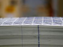 Imagen de archivo de billetes de 2 reales apilados en una visita a la Casa de la Moneda de Brasil en Río de Janeiro, ago 23 2012. El crecimiento de los libros de crédito de los bancos brasileños se desaceleró por sexto mes seguido en julio, mientras que la morosidad aumentó, lo que aumenta los indicios de una posible recesión en la mayor economía de América Latina. REUTERS/Sergio Moraes