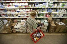 Покупательница в молочном отделе супермаркета Ашан в Москве 18 августа 2014 года. Инфляция в России за период с 19 по 25 августа составила 0,1 процента, как и неделей ранее; с начала августа рост потребительских цен составил 0,2 процента, а с начала года - 5,5 процента, сообщил Росстат. REUTERS/Maxim Zmeyev