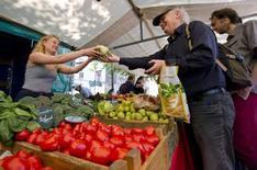 Продуктовый рынок в Амстердаме 4 июня 2011 года. Голландские фермеры в среду отправили на свалку тонны помидоров, персиков и яблок после того, как записались на компенсационную программу ЕС вслед за снижением цен, вызванным российским продовольственным эмбарго. REUTERS/Robin van Lonkhuijsen