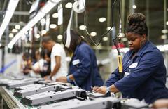 Operários em linha de montagem de TVs de 32 polegadas da Element Electronics, em Winnsboro, na Carolina do Sul, nos EUA. 29/05/2014 REUTERS/Chris Keane