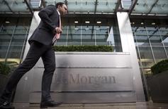 JPMorgan Chase, première banque américaine par les actifs, enquête sur une attaque informatique dont elle aurait été victime et travaille avec les autorités pour en déterminer l'ampleur. /Photo d'archives/REUTERS/Neil Hall