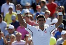 Djokovic comemora vitória sobre Paul-Henri Mathieu no Aberto dos EUA.     REUTERS/Mike Segar