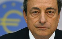 """Глава ЕЦБ Марио Драги на пресс-конференции во Франкфурте-на-Майне 7 августа 2014 года. Если инфляция в еврозоне скатится в """"опасную зону"""" ещё глубже в пятницу, то это весьма усложнит выжидательную тактику ЕЦБ, надеющегося увидеть скорый эффект недавних мер стимулирования экономики. REUTERS/Ralph Orlowski"""