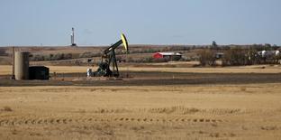 Станок-качалка в Северной Дакоте 20 октября 2012 года. Цены на нефть Brent растут, но снизятся в августе второй месяц подряд за счет избыточного предложения и слабого спроса в Европе и Китае. REUTERS/Jim Urquhart