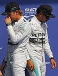 Piloto de F1 da Mercedes  Nico Rosberg (E) e o companheiro de equipe Lewis Hamilton em treino do GP da Bélgica em Spa-Francorchamps. 23/8/2014  REUTERS/Yves Herman